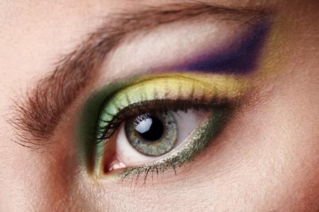 maquillaje de fantasia: Maquillaje de fantasía creativa con disparo de macro de sombras de verde, amarillo y violeta