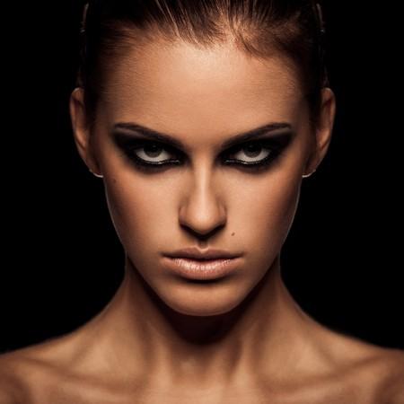 mujer enojada: Retrato de detalle de una dama grave con humo de maquillaje