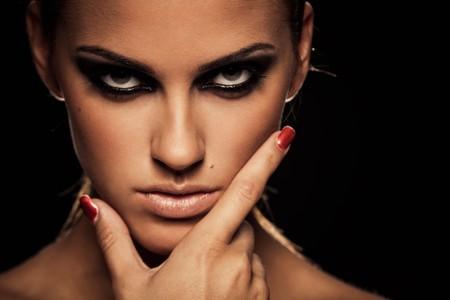 maquillage yeux: Gros plan portrait de femme s�rieuse avec le ?il smoky maquillage