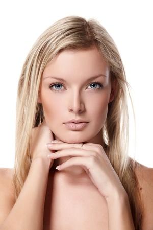mujer rubia desnuda: Retrato de la hermosa modelo femenino sobre fondo blanco