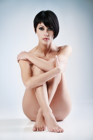 donna nudo: Giovane donna bella su sfondo blu Archivio Fotografico