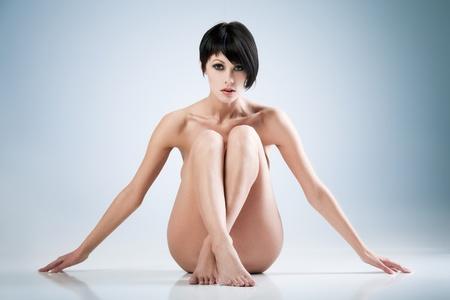 femmes nues sexy: Jeune femme belle sur fond bleu