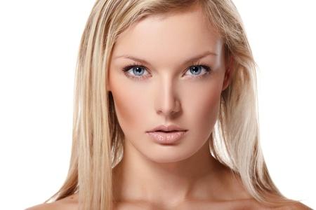 Retrato de la hermosa modelo femenino sobre fondo blanco
