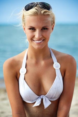 beach babe: Sexy ragazza bionda in posa su una spiaggia