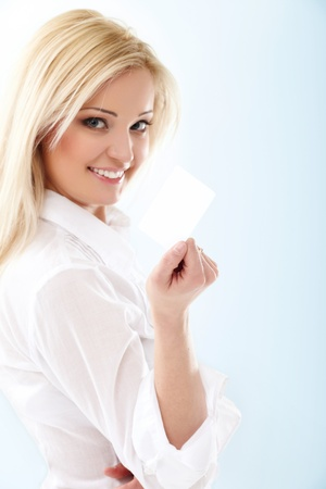 tarjeta visa: Feliz mujer rubia tarjeta de mostrando de cr�dito en blanco. Se concentran en.
