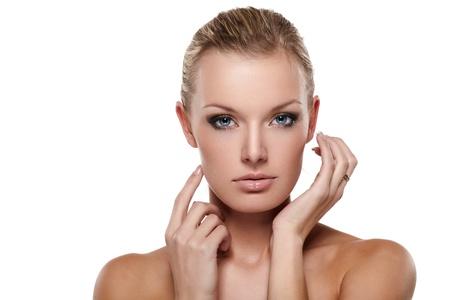 close up eye: Ritratto di donna sorridente attraente su sfondo bianco
