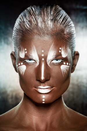 fantasy makeup: Retrato de una joven en la imagen de los nativos africanos