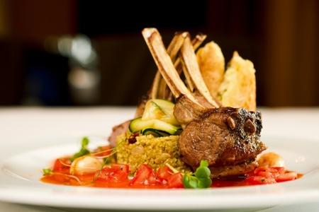chèvres: Agneau grill� servi sur couscous aux tomates s�ch�es et les raisins secs, p�tisseries et fromage de ch�vre fum� sauce tomate et de beurre
