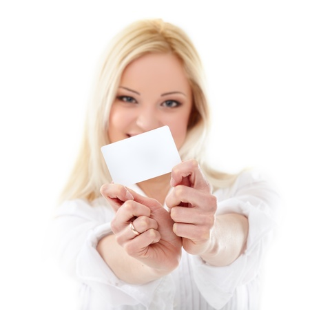 tarjeta visa: Mujer rubia feliz tarjeta de mostrando de crédito en blanco. Se concentran en.