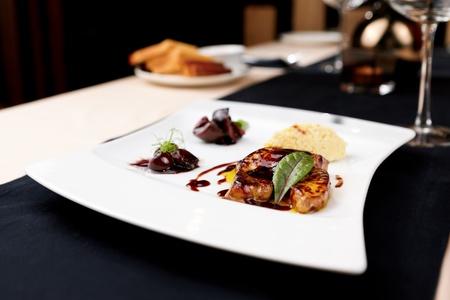 comida gourmet: Foie gras con salsa de cerezas e higos
