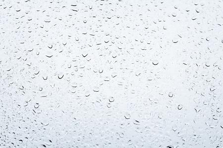 Water druppels op een grijze achtergrond