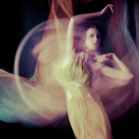mujer negra desnuda: Moda retrato de mujer morena en vestido largo tiro en la t�cnica de luz mixta Foto de archivo