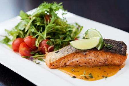 Gerookte forel met groenten en Laim Stockfoto
