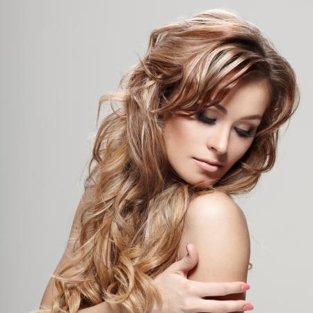 sexy young girls: Молодая брюнетка женщина с красивыми волосами на сером фоне Фото со стока