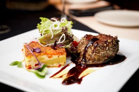 Rinderfilet mit Kartoffelgratin und frischem Salat Standard-Bild - 14797152