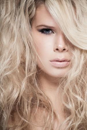 Porträt einer blonden Dame mit Haar über ihr Gesicht Standard-Bild - 15895395