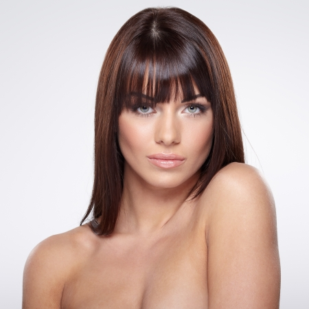 nudo di donna: Ritratto di bella modello femminile su sfondo grigio