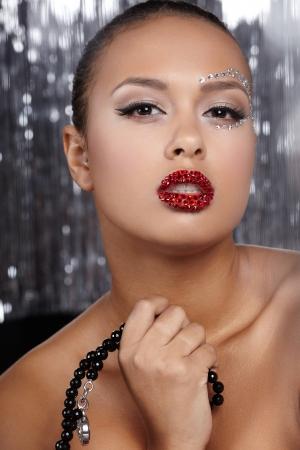 maquillaje de fantasia: Retrato de una joven modelo en fondo brillante