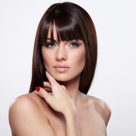 modelos desnudas: Retrato de la bella modelo femenino sobre fondo gris