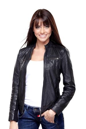 playera negra: Mujer atractiva joven en la chaqueta de cuero negro sobre fondo blanco Foto de archivo