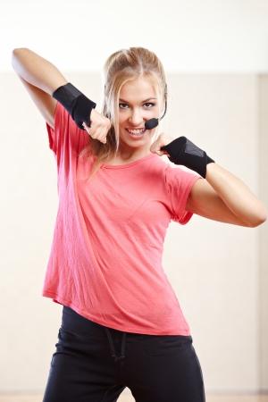 Glimlachend vrouwelijke fitness instructeur in een sportschool