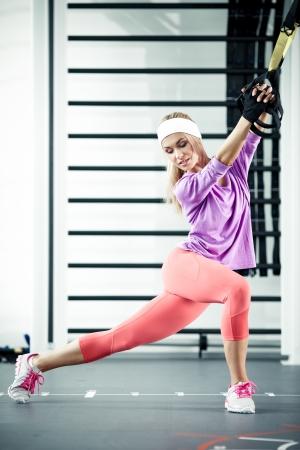 Jonge vrouw streching spieren functionele training