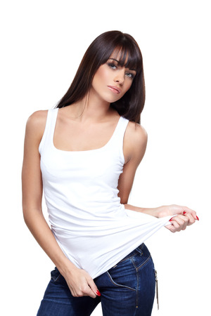 Betoverende jonge vrouw in wit overhemd op een witte achtergrond