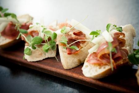 jamon y queso: Bruschetta con jamón y melón Foto de archivo