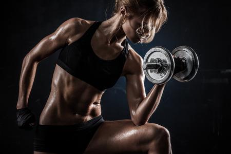 残忍なアスレチック女ダンベル筋肉をポンピング