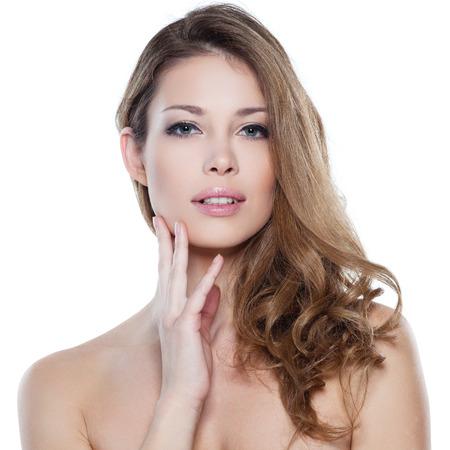 modelo desnuda: Retrato de la hermosa modelo femenino sobre blanco