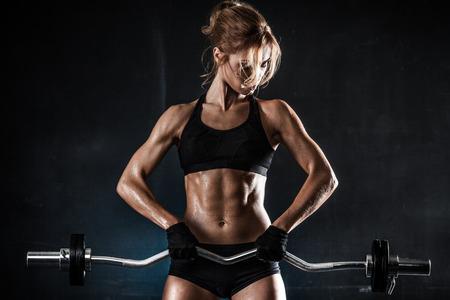 Brutal sportliche Frau Pump Muskeln mit Hantel Lizenzfreie Bilder