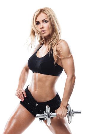Lächelnde sportliche Frau Pump Muskeln mit Hanteln auf weißem Hintergrund