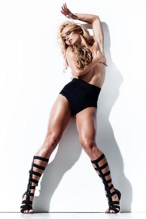 fille nue sexy: Glamorous jeune femme en lingerie sexy posant près d'un mur blanc Banque d'images