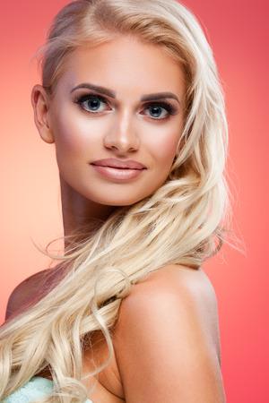 labios sexy: Retrato de la hermosa modelo femenino sobre fondo rojo