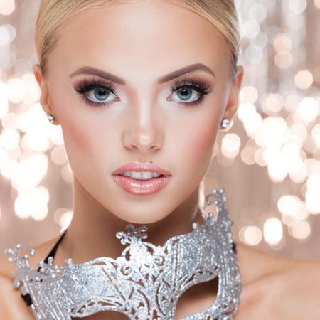 labios sexy: Señora joven con los accesorios de lujo en el fondo brillante Foto de archivo