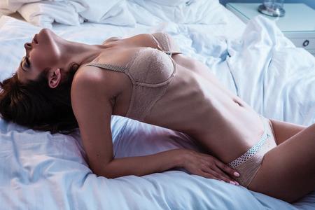 hot breast: Красивая дама в сексуальное женское белье лежит в постели
