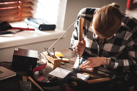 Bolso de cuero artesano en el trabajo en un taller Foto de archivo - 62612775