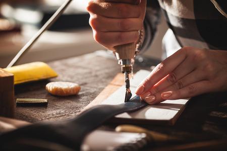 bolso de cuero artesano en el trabajo en un taller