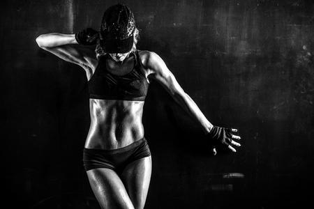 Brutal donna atletica pompare i muscoli con manubri Archivio Fotografico - 62517827