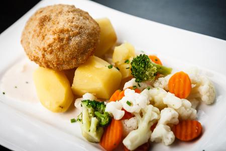 ensaladilla rusa: Pollo Kiev con verduras