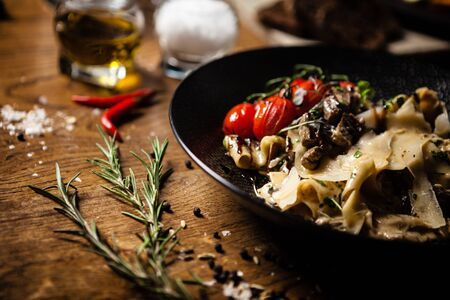 Black Angus Pappardelle Pasta mit Rindfleisch, Champignons und Parmegano-Käse