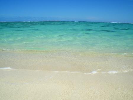 rarotonga: Bella spiaggia oceano tropicale con cielo azzurro e colori vivaci a Rarotonga, Isole Cook Archivio Fotografico