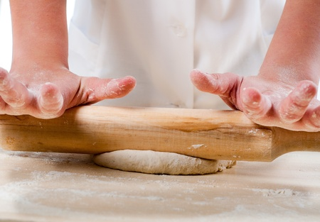haciendo pan: manos de la mujer amasa la masa