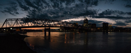 southgate: Night cityscape view of Cincinnati City and Taylor Southgate Bridge across Ohio River from Newport Kentucky, USA