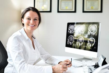 doctores: Doctor de sexo femenino en la oficina