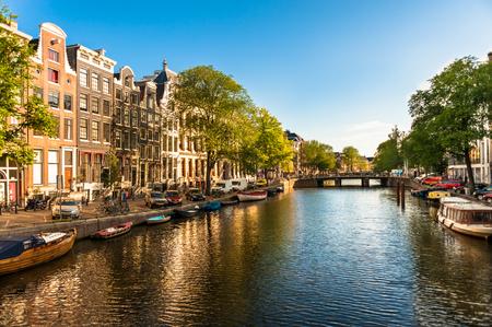 住宅やアムステルダムの運河のボート 写真素材