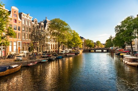 Casas y barcos en el canal de Amsterdam Foto de archivo