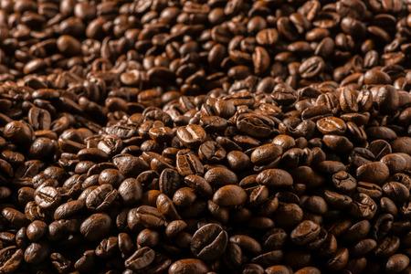 cafe colombiano: Frijoles asados ??oscuros de caf� cerca Foto de archivo
