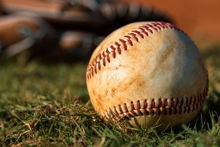 campo de beisbol: Guante de b�isbol y campo Foto de archivo