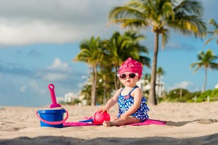 personas banandose: Beb� que juega en la playa
